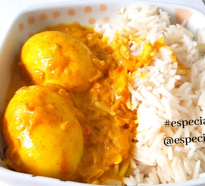 Huevos al curry con leche de coco